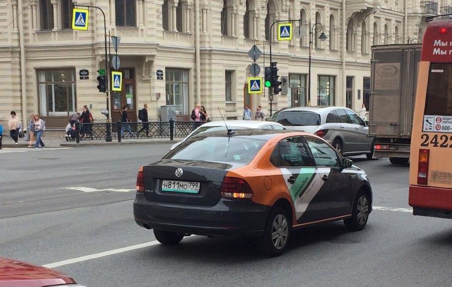 Бесхозное авто: на Литейном посреди дороги стоит делимобиль без водителя уже полчаса