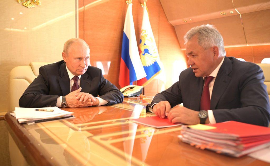Путин провёл переговоры с Шойгу в самолёте по пути из Петербурга
