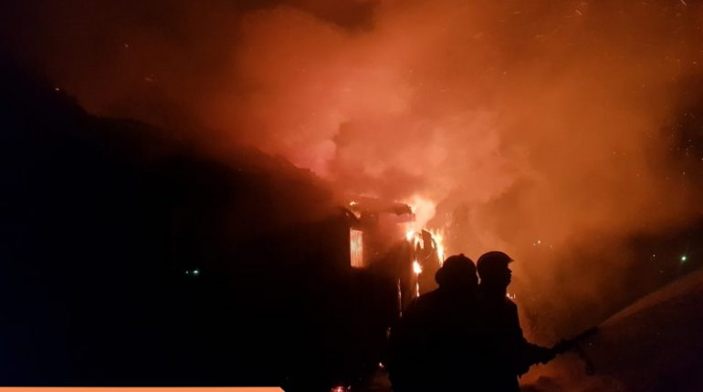 Спасатели за 40 минут потушили горящий гараж вКингисеппском районе