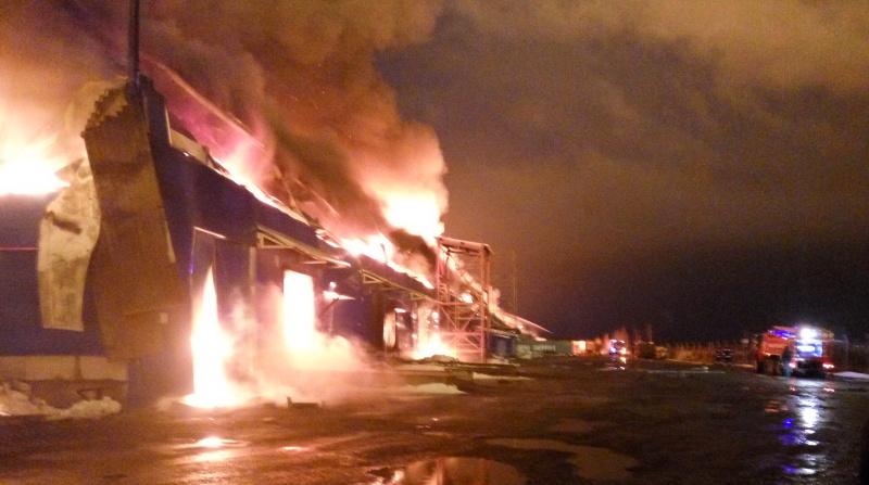 В Тосно спасатели тушили здание на 200 «квадратов»