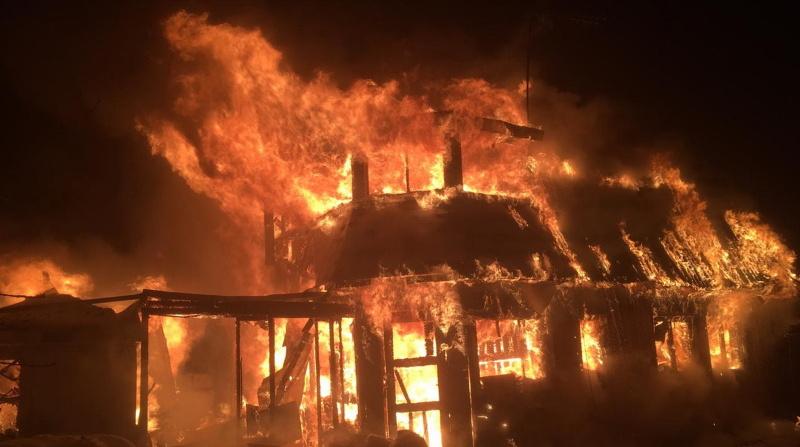 Ночью в Ленобласти пожарные тушили дом, баню и сараи