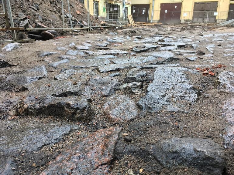В КГИОП обещают вернуть разгромленную историческую брусчатку во дворе Дома Семенова