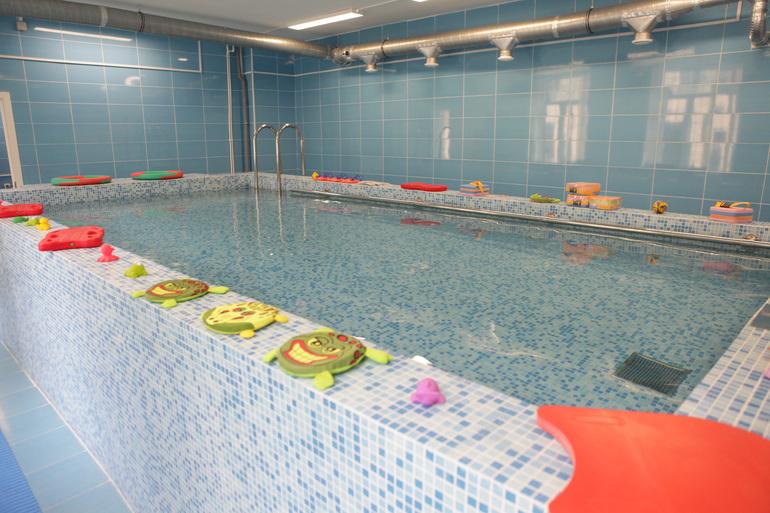Двое детей остаются в реанимации после отравления хлором в бассейне на Гашека
