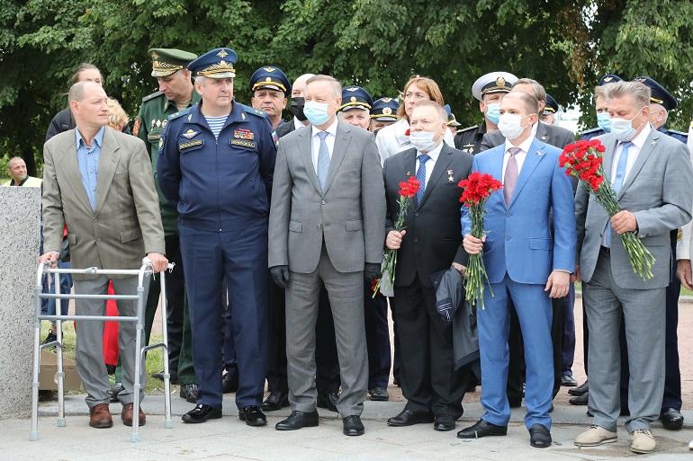 Военные из Петербурга почтили память погибших десантников