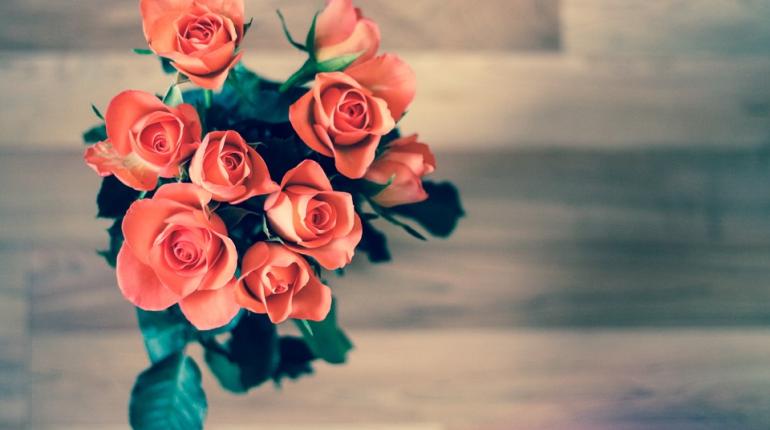 Эксперт рассказала, можно ли заразить учителя COVID-19 через букет цветов