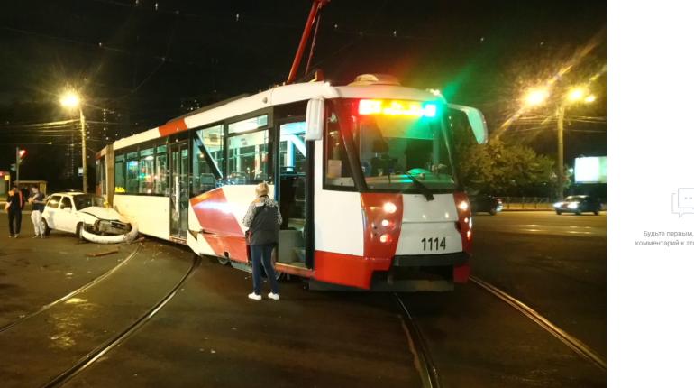 В Купчино легковушка выбила трамвай с путей