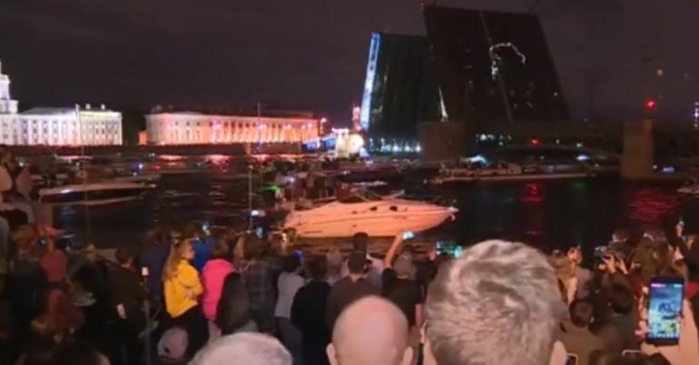 Дворцовый мост развели под песни Цоя в годовщину его гибели