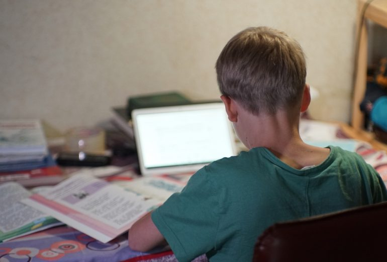 У властей Петербурга просят о досрочных школьных каникулах