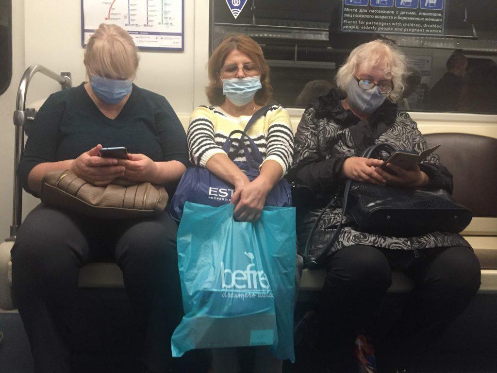 Работники метро Петербурга вспомнили про масочный режим для пассажиров