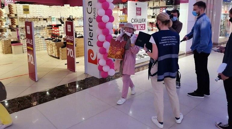 «Срочно надевайте маски»: власти патрулируют торговые центры Петербурга