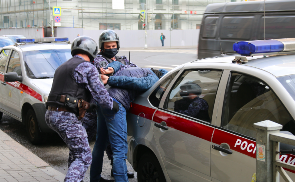 В Петербурге задержали двух граффитистов, разрисовавших фасад Эрмитажа