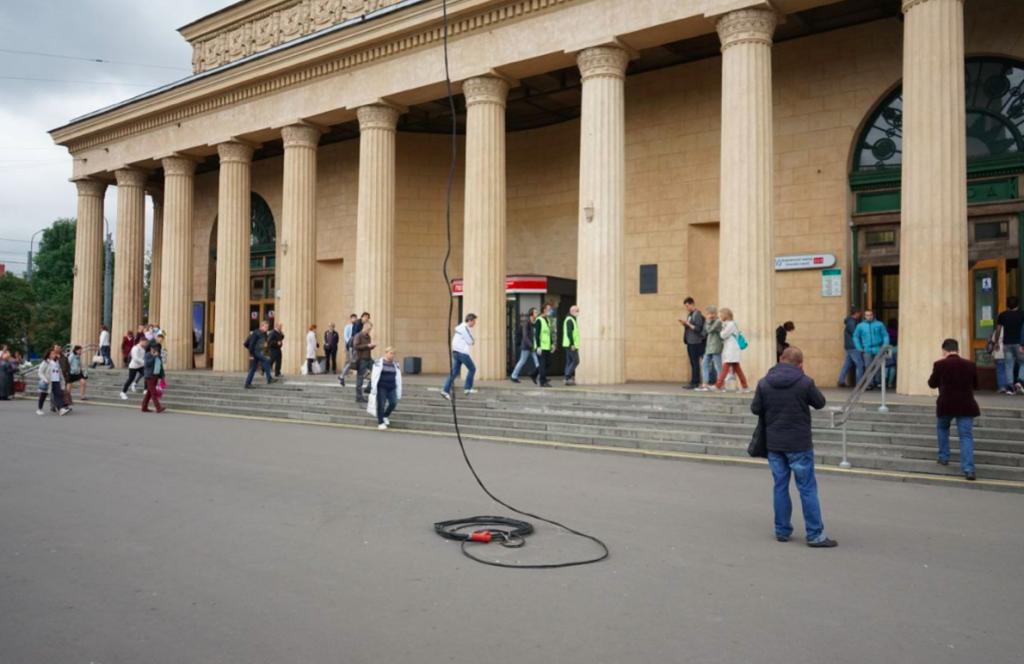 У метро «Кировский завод» под ноги петербуржцам бросили кабель под напряжением