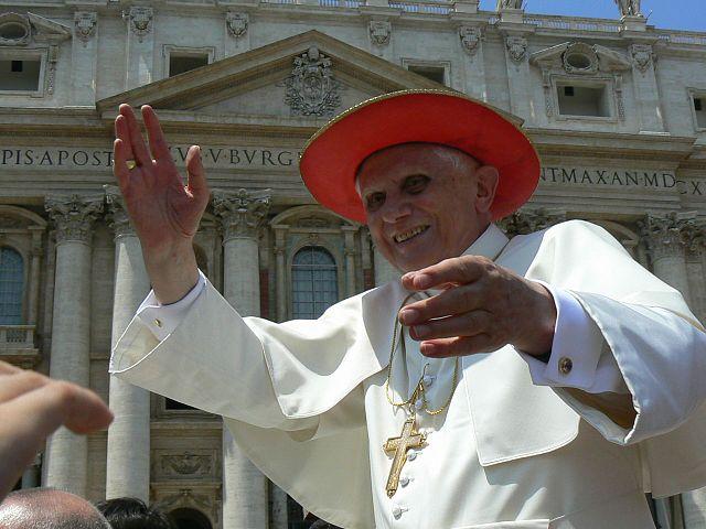 Заболел бывший Папа Римский из-за визита в Баварию