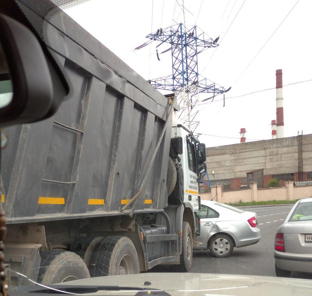 Автомобиль с ребенком забрался под КамАЗ на Киевской улице