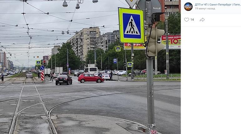 На проспекте Энгельса Hyundai помял капот в ДТП с ВАЗ