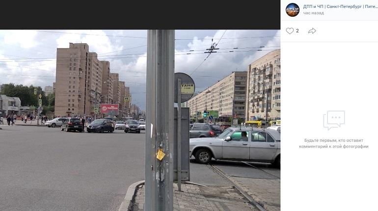 На проспекте Просвещения два авто угодили в ДТП
