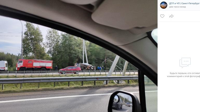 На Мурманском шоссе «Газель» влетела в столб и опрокинулась — на месте МЧС и «скорая»