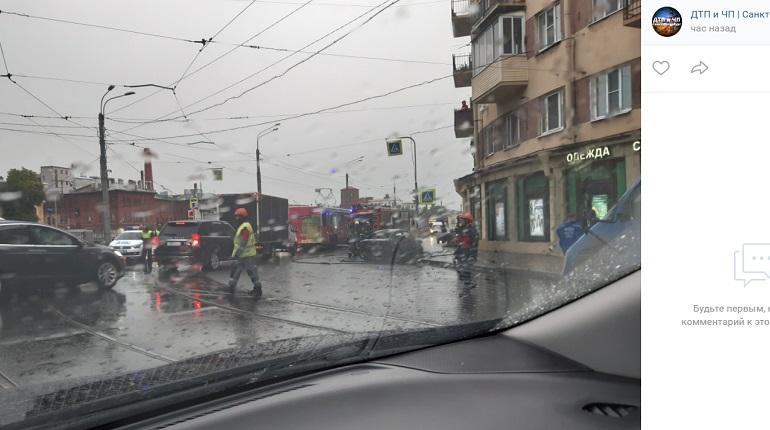 На набережной Обводного канала авто сгорело в ДТП с фургоном