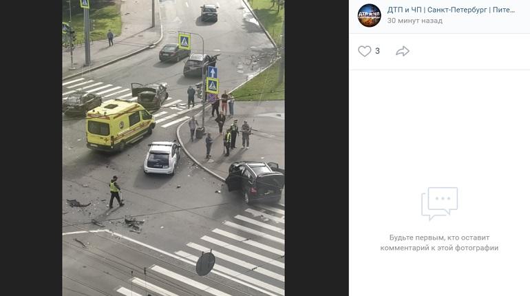 На Торжковской улице автомобиль в ДТП вылетел на тротуар — на месте реанимация