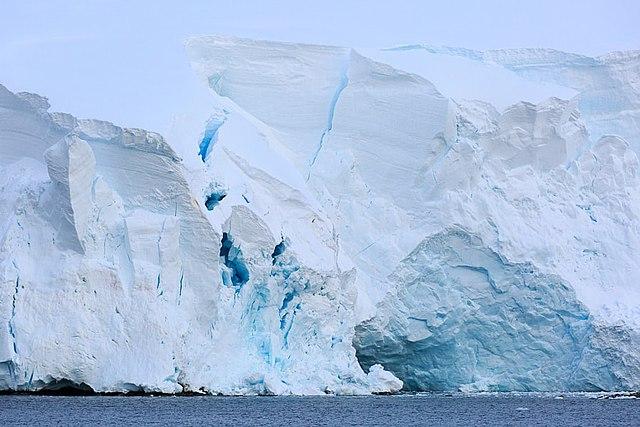На востоке Антарктиды нашли слишком быстро тающий ледник