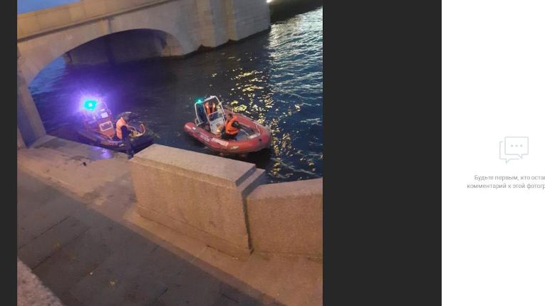У Троицкого моста девушка упала в Неву, а вылавливали двоих