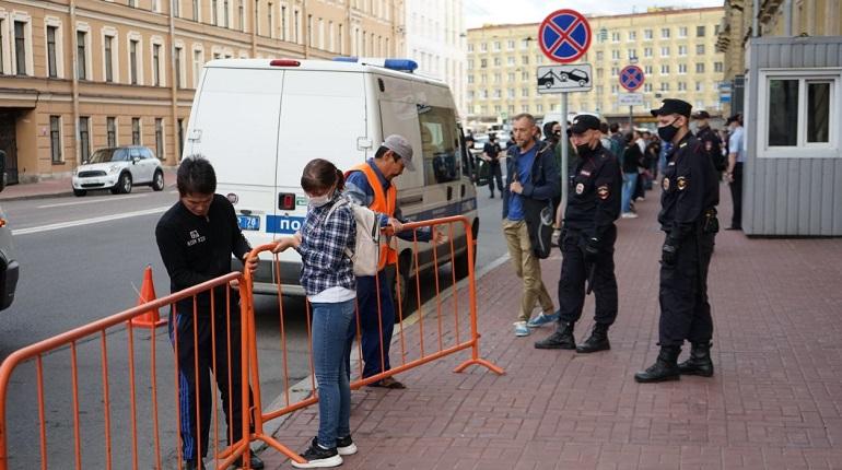 У посольства Белоруссии в Петербурге во время акции протеста выставили ограждения