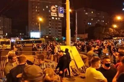 Цветы и насилие в СИЗО: главное о протестах в Белоруссии к утру 14 августа