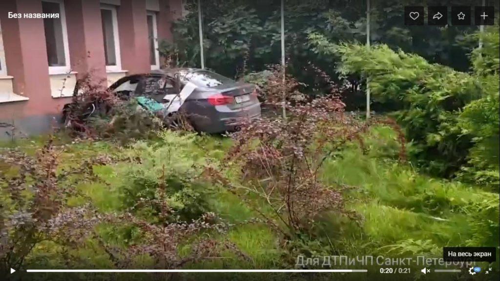 Наделал шума: каршеринг влетел в здание администрации в Рощино