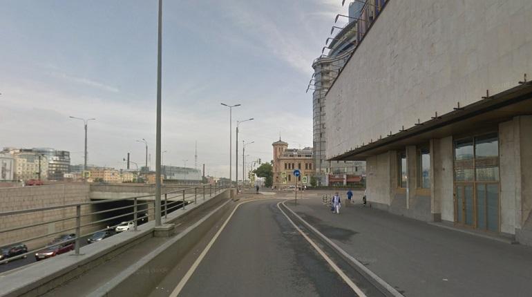 На Пироговской набережной ночью перевернулся автомобиль