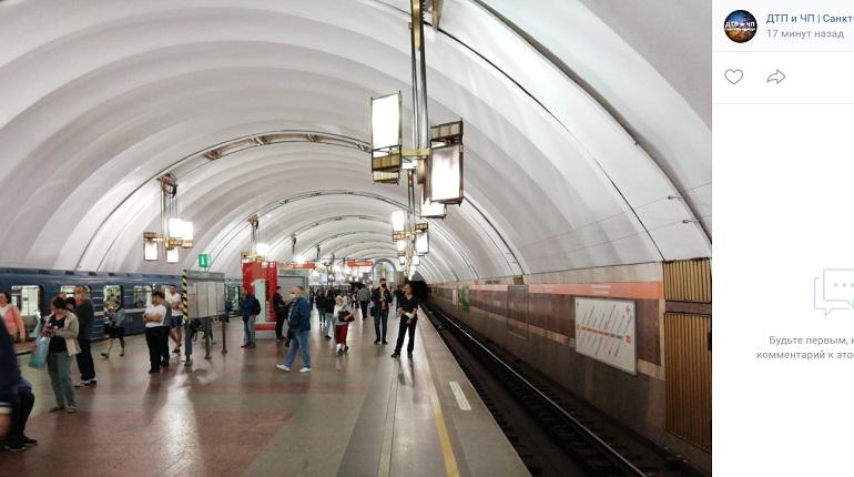 Остановивший движение метро Петербурга пассажир погиб под колесами поезда