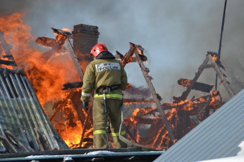 Четыре машины МЧС тушили сгоревший дом на Озерной набережной
