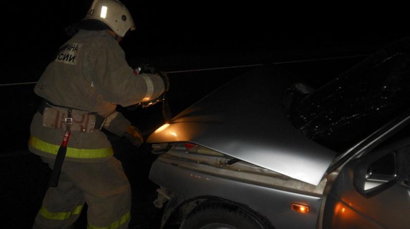 Под Тосно на трассе «Нева» спасатели тушили горящий Mercedes