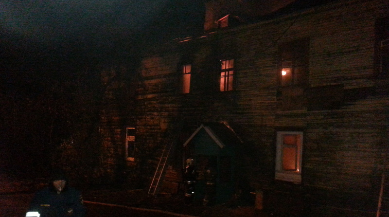 В массиве «Восход» ночью восемь пожарных тушили дачу