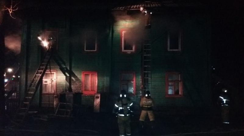 В Красном соколе пожарные за час потушили горящее здание