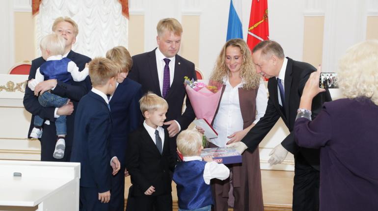 Власти смягчат требования к количеству детей в семьях-претендентах на премию «За заслуги в воспитании»