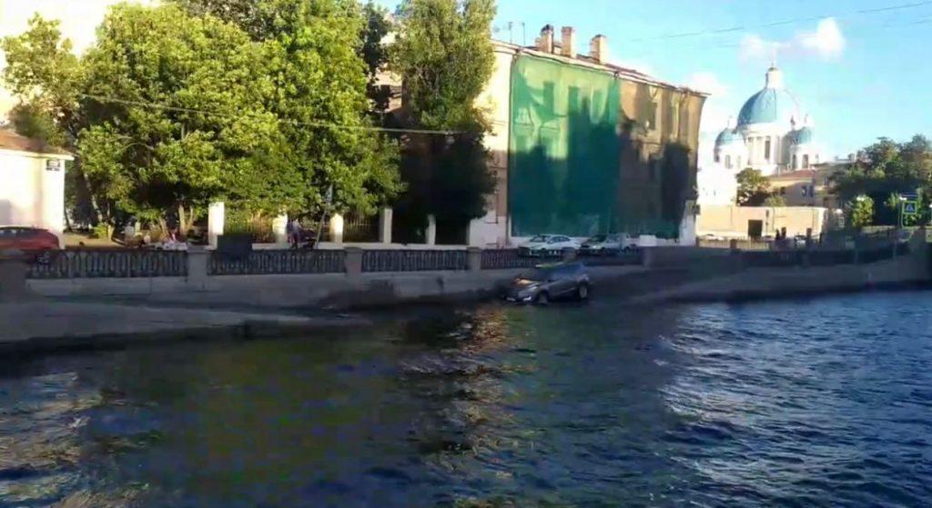 На набережной Крюкова в Петербурге водитель пытался помыть шины в канале