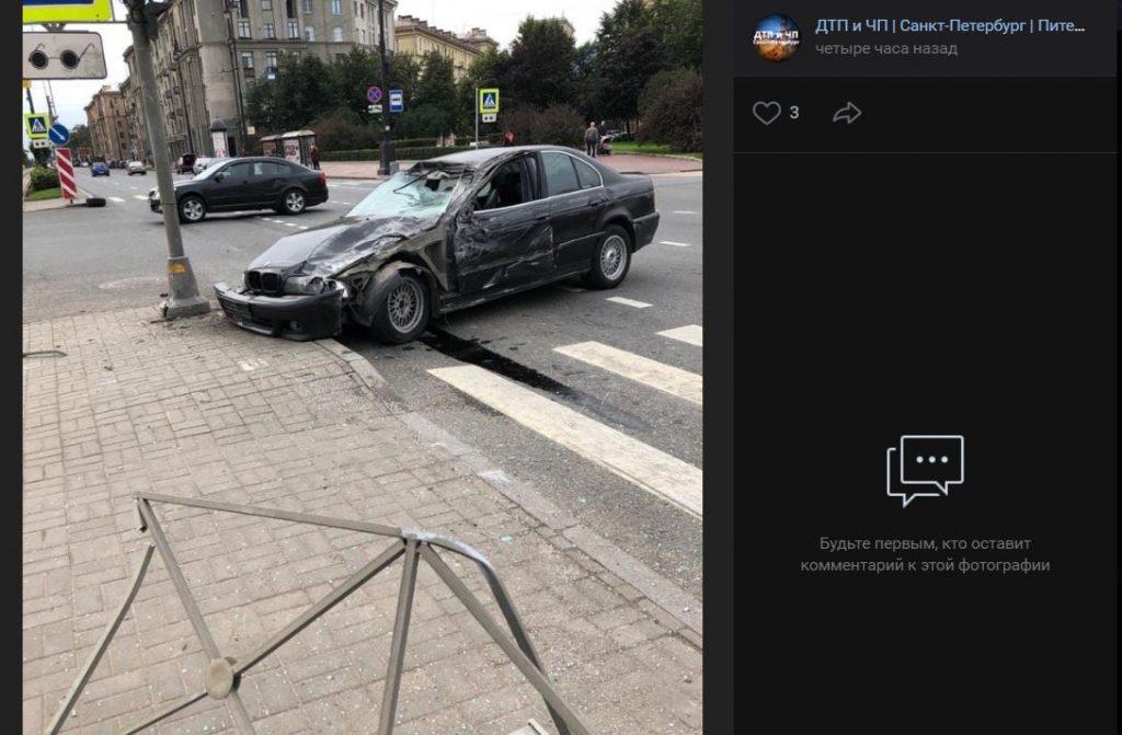 В аварии с BMW и трамвайной остановкой на Московском никто не пострадал