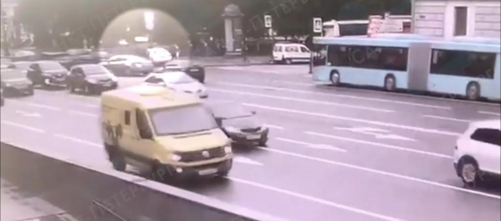 На Невском проспекте Lexus врезался в столб из-за аварии с Mazda 6
