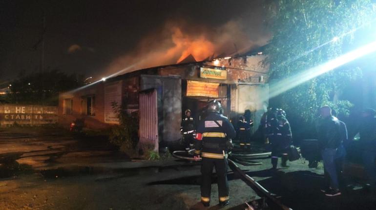 На юге Петербурга загорелся автосервис по повышенному номеру