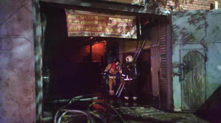 Пожар в автосервисе на юге Петербурга локализован