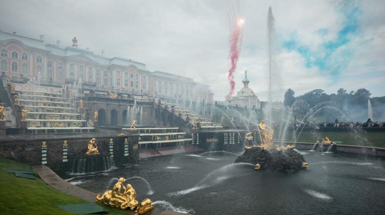 315-летие Петергофа отметили пуском фонтанов и фейерверком