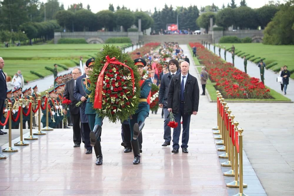 На Пискаревском возложили цветы в День памяти жертв блокады Ленинграда