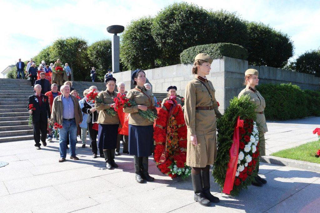 На Пискаревском кладбище жители блокадного Ленинграда и активисты возложили венки