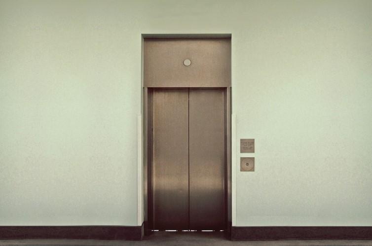 В Мурино ищут азиата в желтой куртке, схватившего женщину за ягодицы в лифте
