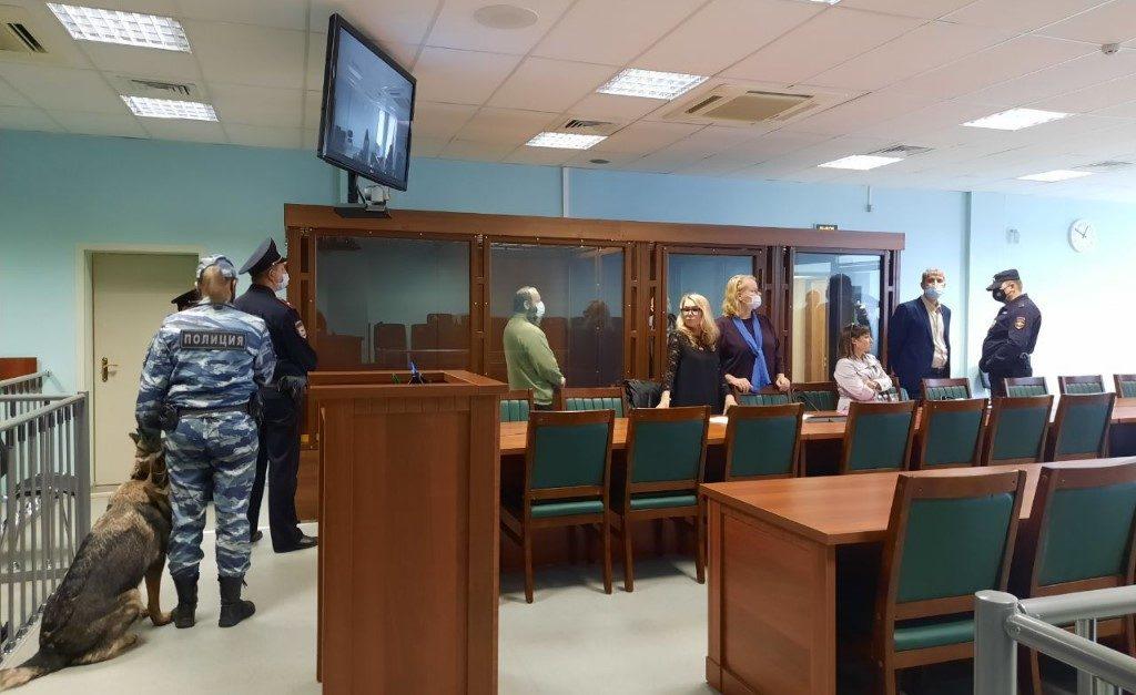 Петербургские суди закрыли двери для слушателей из-за пандемии — адвокат предложил альтернативу
