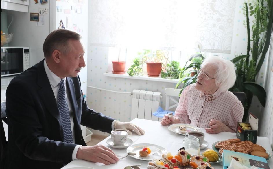 Беглов поздравил со 100-летним юбилеем блокадницу Надежду Строганову