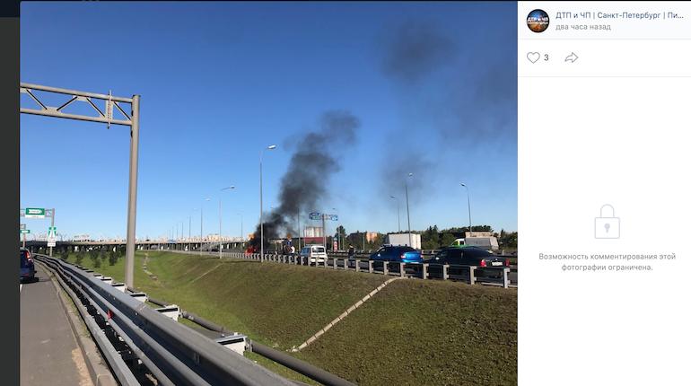 В Петербурге при аварии на КАД сгорел автомобиль