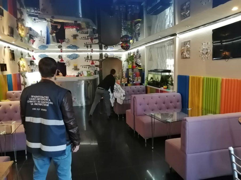Сотрудники ККИ освободили незаконно занятые здания от магазинов и кафе