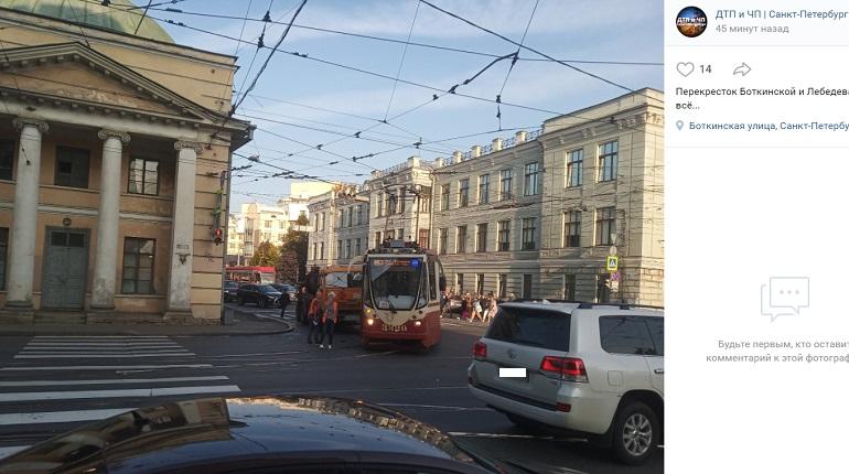 На Боткинской улице трамвай и КамАЗ не поделили перекресток