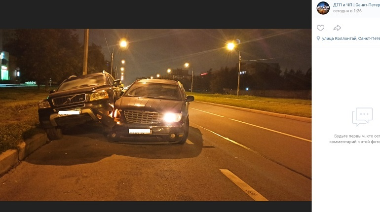 На улице КоллонтайChrysler подбил Volvo